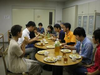 ご飯食べる (800x600).jpg